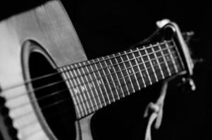 akustisk gitarr svartvitt foto