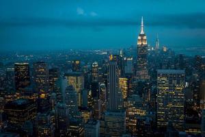 nedre manhattan på natten sett från en hög plats foto