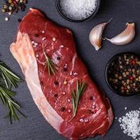 rå färsk kött new york biff. foto