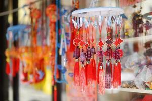 röda kinesiska dekorationer i Kina i New York foto