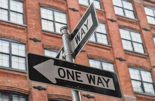 envägstecken i New York foto