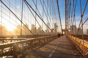 brooklyn bridge vid solnedgången, New York City. foto