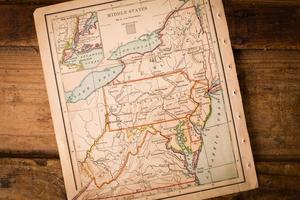 gammal karta över mellanstater, sittande vinklad på trästammen foto