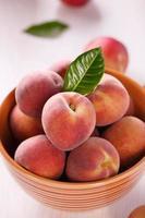 färska persikor foto