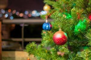julgran detalj med struntsaker och ljus