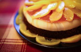 tårta med persikor