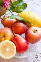tallrik med frukter på bordet
