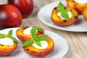 grillade persikor och mascarpone med mynta foto