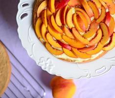färsk persikakaka på bordet foto