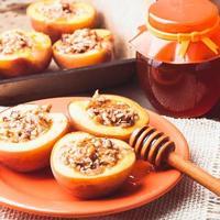 fyllda bakade persikor foto