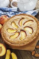 paj med persikor och mandlar foto