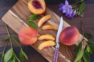 färska nektariner på rustik träbakgrund. foto