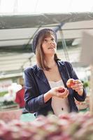 kvinnlig på marknadsplatsen foto