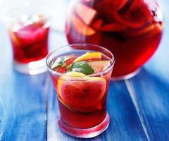 sangria med frukt och mynta garnera i koppen foto