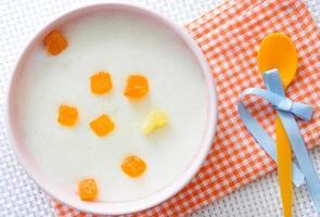 barnmat. Mjölkgröt med frukt. foto