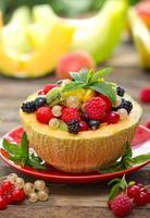 färsk fruktsallad i melonen foto