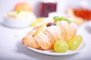 croissant för färsk frukt på vit bakgrund