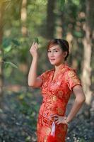 asiatisk flicka i traditionell kinesisk klänning foto