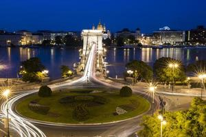 rondell med ljusa ränder, bro och tibar foto