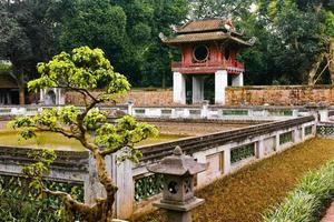 zen trädgård vid templet för litteratur, hanoi Vietnam foto