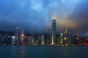 Hong Kong natt utsikt över hamnen i Victoria foto