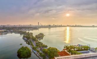 solstjärna solnedgång västra sjön i hanoi, Vietnam foto