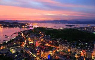vacker solnedgång i halong stad, quangninh, Vietnam foto