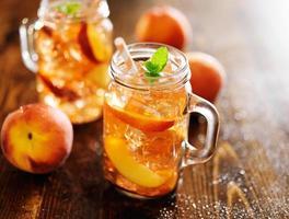 burkar fyllda med söt persikete foto
