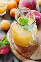 söt färsk persikasaft med is foto