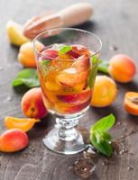 sommardrink med aprikos foto