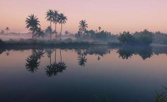 fredlig by i soluppgång foto