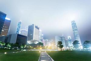 de moderna byggnaderna och stadsparken foto