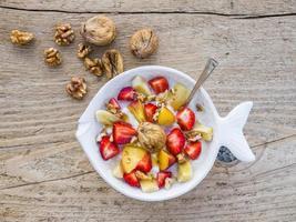 skål med frukt, valnötter och yoghurt foto