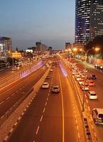 Tel Aviv City på natten. foto