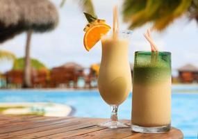 två cocktails på tropisk strand foto