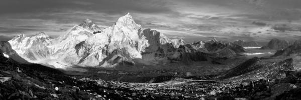 panoramautsikt över Everest och Nuptse från Kala Patthar foto