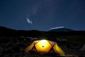 camping under stjärnorna kilimanjaro foto