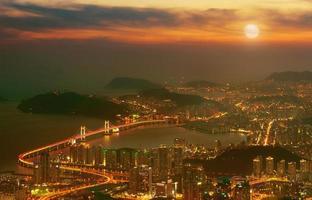 gwangan bridge och haeundae i busan, foto