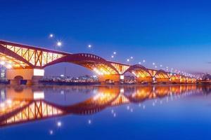 seongsan bridge med reflektioner foto