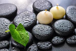 spa-koncept av gröna blad calla lily och ljus foto