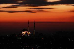 turkisk moské vid solnedgången foto