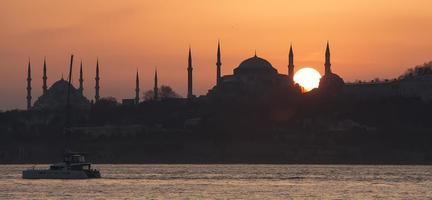 blå moské och hagia sophia under solnedgången foto