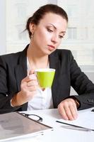 flicka i drink kaffe ser dokument foto