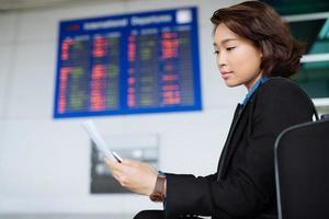 läser dokument på flygplatsen foto