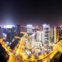 trafikspår och stadsbild, byggnader på natten foto