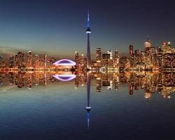 toronto skyline på natten med en reflektion