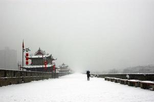 xi'an stadsmur i snödagen foto