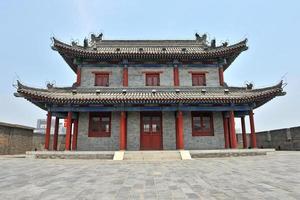 forntida kinesisk byggnad i xian - porslin foto