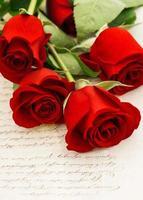 röda rosor och gamla kärleksbrev. retrostil foto