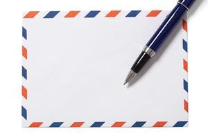 tomt kuvert och penna på vitt foto